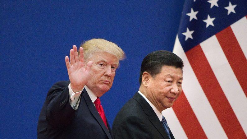 El presidente de los EE.UU. Donald Trump (I) y el líder chino Xi Jinping dejan un evento de líderes empresariales en el Gran Palacio del Pueblo en Beijing el 9 de noviembre de 2017. (NICOLAS ASFOURI/AFP/Getty Images)