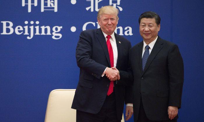 El presidente de Estados Unidos, Donald Trump, y el mandatario chino Xi Jinping se dan la mano durante un evento de líderes empresariales en el Gran Salón del Pueblo en Beijing el 9 de noviembre de 2017. (NICOLAS ASFOURI/AFP/Getty Images)