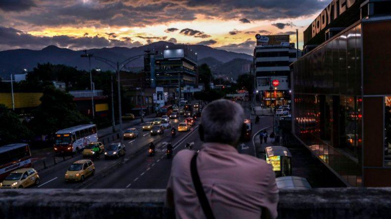 El venezolano Carlos Figueroa observa el atardecer en una calle de Medellín, Colombia, el 18 de abril de 2018. Un total de 63.000 venezolanos cruzan a diario la frontera entre Colombia y Venezuela, 2500 de los cuales se quedan en el país. (JOAQUIN SARMIENTO/AFP/Getty Images)