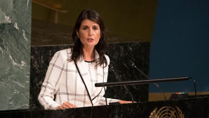 La ex embajadora de los Estados Unidos ante las Naciones Unidas, Nikki Haley, habla ante la Asamblea General el 13 de junio de 2018 en Nueva York. (Créditos: DON EMMERT/AFP/Getty Images)