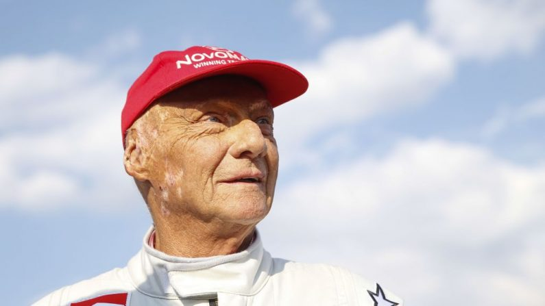 """La leyenda de la Fórmula Uno, el austriaco Niki Lauda, asiste a la """"carrera de las leyendas"""" en el autódromo de Spielberg, el 30 de junio de 2018, antes del Gran Premio de Fórmula Uno de Austria. (ERWIN SCHERIAU/AFP/Getty Images)"""