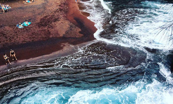Playa de arena roja en Hawaii. (Max Pixel)