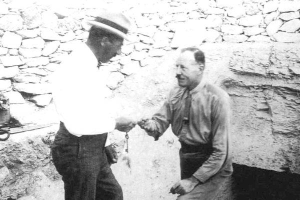 Howard Carter en la tumba de Tutankamón