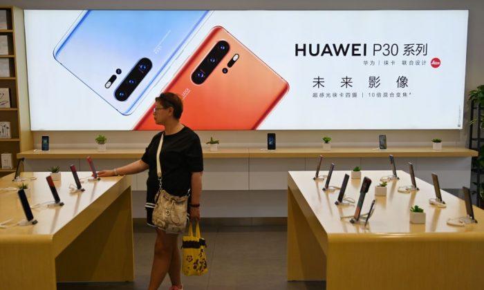 Una mujer mirando un producto en una tienda Huawei en Shanghai, el 24 de mayo de 2019. (HECTOR RETAMAL/AFP/Getty Images)