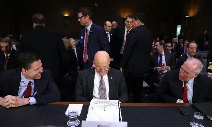 (De izq a der) El director del FBI, James Comey, el director de Inteligencia Nacional, James Clapper, y el director de la CIA, John Brennan, esperan para dar testimonio ante el Comité de Inteligencia del Senado de EE. UU. el 10 de enero de 2017. (Joe Raedle/Getty Images)