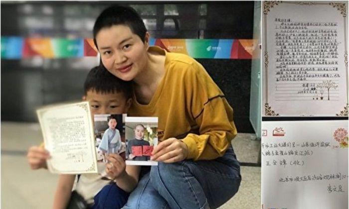Li Wenzu y su hijo muestran sus cartas envíadas a Wang Quanzhang para expresarle su apoyo. (Foto de Li Wenzu)