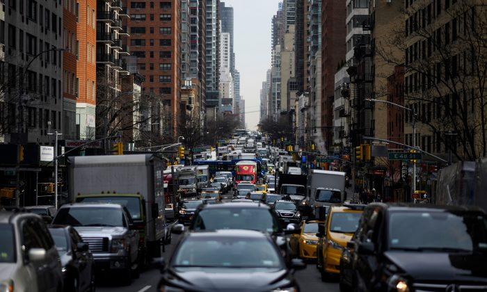 El tráfico se mueve en la 2ª Avenida en la mañana del 15 de marzo de 2019 en la ciudad de Nueva York. (JOHANNES EISELE/AFP/Getty Images)