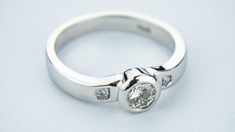 6f1d884a79ae Compra un anillo por 13 dólares y descubre que es un diamante de casi 500  mil dólares