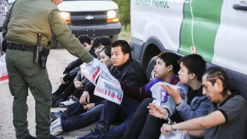 Agentes de la Patrulla Fronteriza detienen a siete inmigrantes ilegales de China, uno de México y uno de El Salvador después de que intentaron evadir la captura después de cruzar el Río Grande de México a los Estados Unidos cerca de McAllen, Texas, el 18 de abril de 2019. (Charlotte Cuthbertson/The Epoch Times)