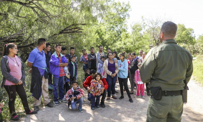 El agente de la Patrulla Fronteriza, Carlos Ruiz, captura a 35 extranjeros ilegales que acaban de cruzar desde México a Río Grande cerca de McAllen, Texas, el 18 de abril de 2019. (Charlotte Cuthbertson/La Gran Época)