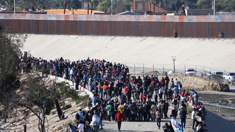 Los migrantes comienzan a retirarse a medida que la policía estadounidense usa gas lacrimógeno para repeler sus esfuerzos por cruzar ilegalmente hacia los Estados Unidos, justo al oeste del cruce de San Ysidro en Tijuana, México, el 25 de noviembre de 2018. (Charlotte Cuthbertson/La Gran Epoca)