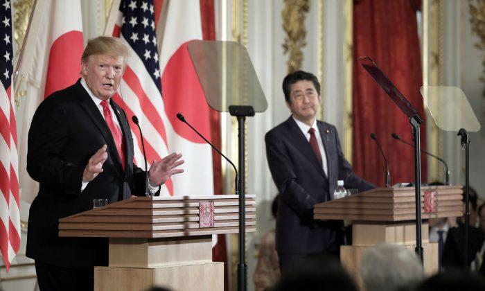 El presidente Donald Trump, a la izquierda, habla mientras Shinzo Abe, el primer ministro de Japón, escucha durante una conferencia de prensa en el Palacio Akasaka el 27 de mayo de 2019 en Tokio, Japón. (Kiyoshi Ota - Pool / Getty Images)