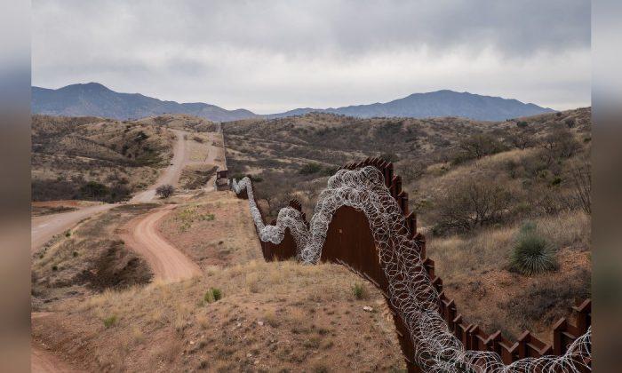 Valla fronteriza que separa a Estados Unidos y México en las afueras de Nogales, Arizona, el 9 de febrero de 2019. (Ariana Drehsler/AFP/Getty Images)