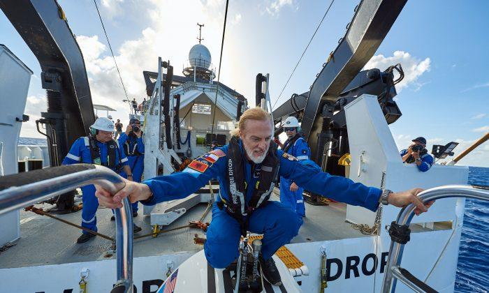 El explorador Victor Vescovo sobre de la embarcación sumergible Limiting Factor, que utilizó para bucear hasta el punto más profundo del Challenger Deep en la Fosa de las Marianas el 28 de abril de 2019. (Reeve Jolliffe/Five Deeps)