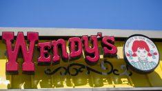 "Video de un joven bañándose en un fregadero de Wendy's se vuelve viral y causa ""asco"""