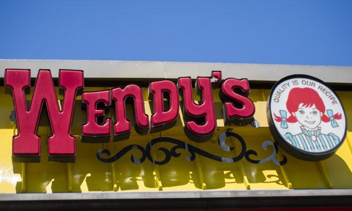En esta imagen de archivo, se ve un cartel de Wendy's frente a su restaurante en Bowie, Maryland, el 9 de mayo de 2017. (Jim Watson/AFP/Getty Images)