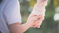 Hijo sorprende a su madre biológica que lo dio en adopción hace 35 años