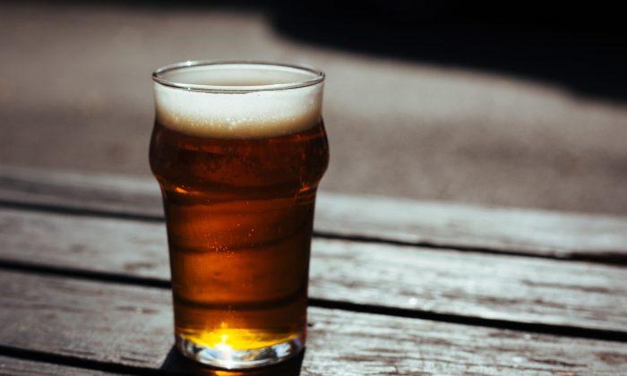 Imagen ilustrativa de un vaso de cerveza. (Little Visuals/Pexels)