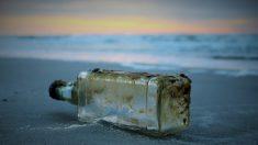 Hombre encuentra una botella con restos cremados y un mensaje en su interior en una playa de Florida