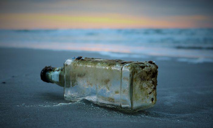 Imágen ilustrativa de una botella con un mensaje en su interior. (Pixabay)