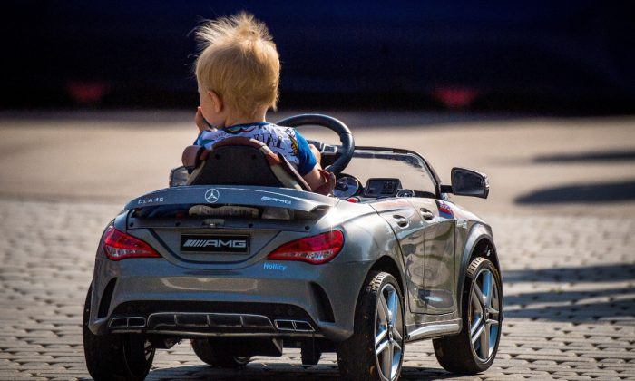 Padre bloquea el tráfico para que su hijo de un año conduzca un coche de juguete