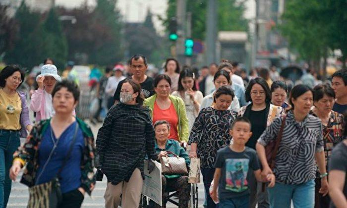 Gente cruzando una calle en Beijing, el 10 de mayo de 2019. (Fred Dufour/AFP/Getty Images)