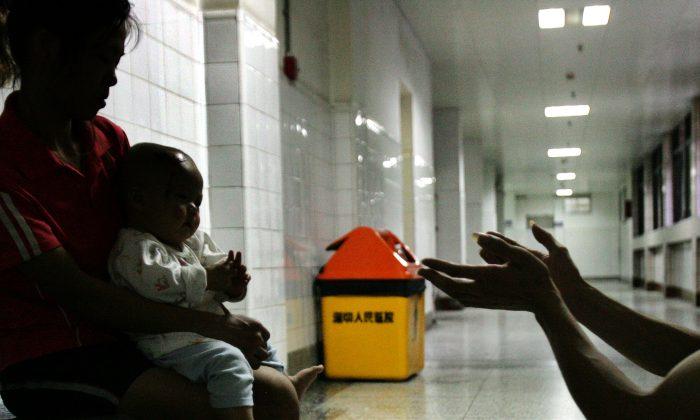 Una familia en un hospital de China. (China Photos/Getty Images)
