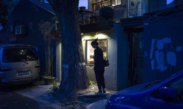 Foto de archivo de una mujer frente a una casa. (FRED DUFOUR/AFP/Getty Images)