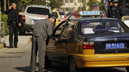 Al ver lo que hace una madre en el asiento trasero, taxista cambia de rumbo y va a la comisaría