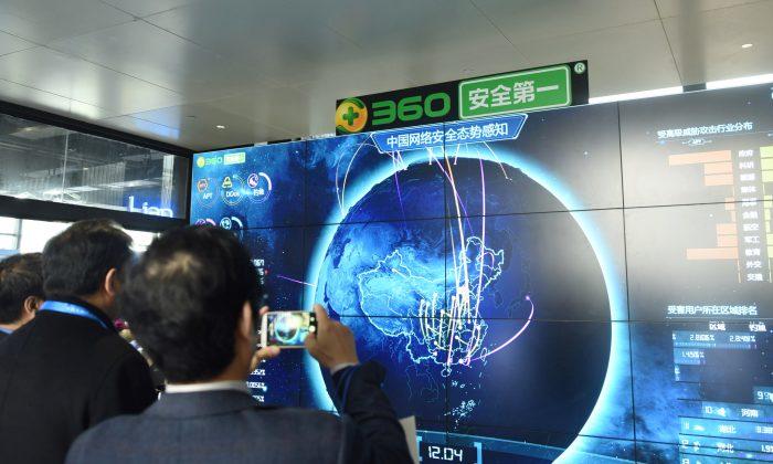 Un hombre toma fotos de los datos de seguridad de Internet que aparecen en una pantalla en el stand de Qihoo durante la 4ª Conferencia Mundial de Internet en Wuzhen, provincia de Zhejiang, China. (AFP/Getty Images)