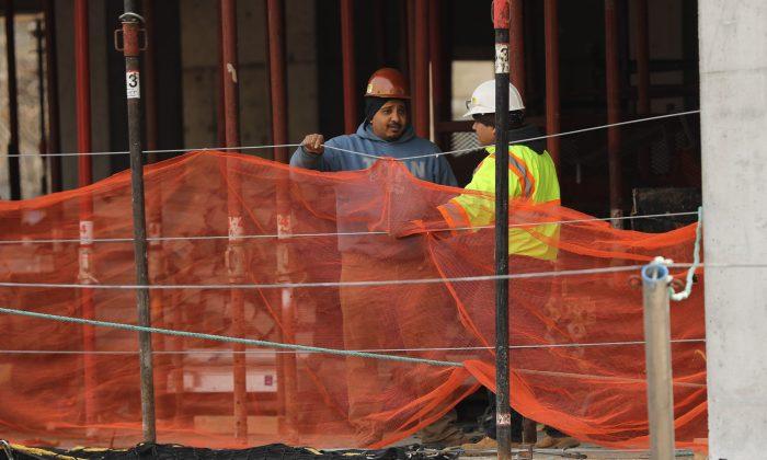 Trabajadores de la construcción son vistos en un sitio de construcción en la ciudad de Nueva York el 8 de marzo de 2019. (Spencer Platt/Getty Images)