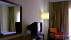 Hombre se retira de un hotel y se lleva el televisor de su habitación en el bolso