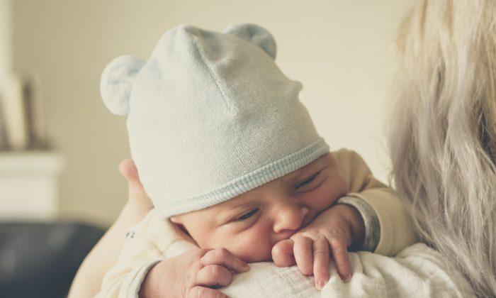 Foto ilustrativa de una madre sosteniendo a su bebé. (Echo Grid/Unsplash)