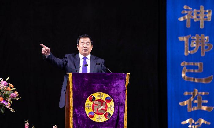 El Sr. Li Hongzhi, fundador de Falun Dafa, se dirige a más de 10.000 practicantes de la disciplina espiritual en el Barclays Center de Brooklyn, Nueva York, el 17 de mayo de 2019. (Larry Dye/La Gran Época)