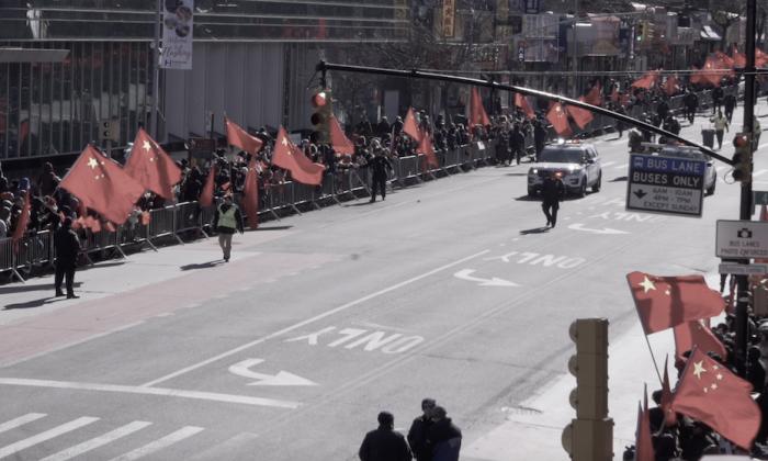 Docenas de personas sostienen banderas chinas a lo largo de la calle principal de Flushing justo antes del comienzo del Desfile de Año Nuevo Lunar chino en Flushing, Nueva York, el 9 de febrero de 2019. (La Gran Época)