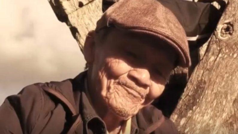 Este anciano camina 2000 Km y usa 9 pares de zapatos para entregar un poderoso mensaje
