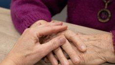 """Momento en que una mujer de 92 años adopta a su """"hija"""" de 76 años"""
