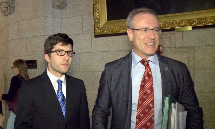 El miembro del parlamento conservador Garnett Genuis y el miembro del parlamento liberal Borys Wrzesnewskyj en el Parlamento canadiense, el 10 de abril de 2017. (NTD Televisión)