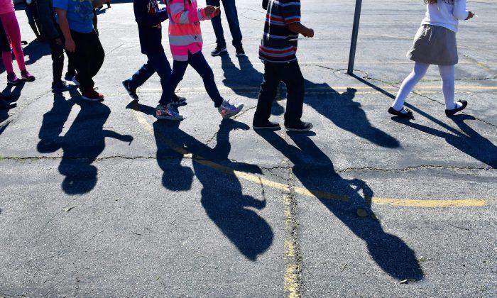 Sombras de niños en una escuela primaria fuera de Los Ángeles, en California, el 8 de febrero de 2019. (Frederic J. Brown/AFP/Getty Images)