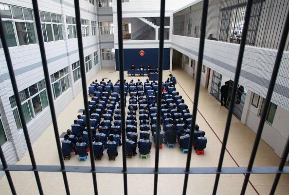 Presos asisten a una conmutación de sentencia en la prisión de Hongshan en la provincia de Hubei, el 10 de diciembre de 2004. (China Photos/GettyImages)