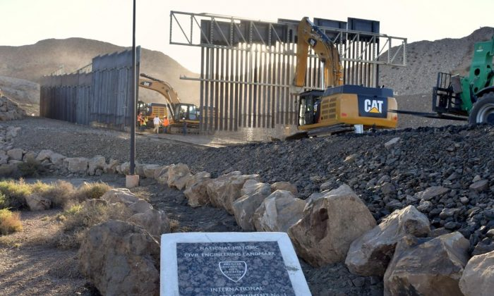 "El nuevo muro fronterizo construido por la organización ""We Build the Wall"" en el área metropolitana de El Paso, Texas el 24 de mayo de 2019 (Cortesía de We Build the Wall, Inc.)"