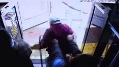 Policía publica el video de un anciano que es empujado del autobús a su muerte