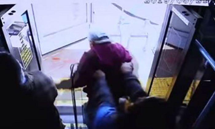 Captura de pantalla de un video de vigilancia publicado por la policía que muestra el momento en que una mujer de 24 años de edad supuestamente empujó a un hombre de 74 años fuera de un autobús en Las Vegas el 21 de marzo de 2019. (Departamento de Policía Metropolitana de Las Vegas)