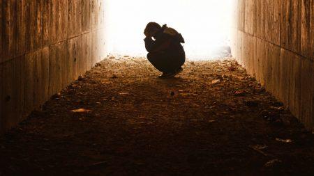 Su espíritu abandona su cuerpo después del suicidio y revive tras aprender una dura lección
