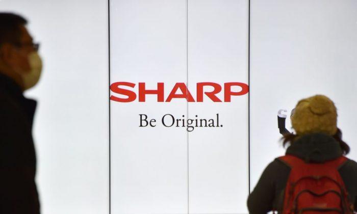 El logo de Sharp en una estación de tren en Tokio, el 17 de febrero de 2017. (Kazuhiro Nogi/AFP/Getty Images)