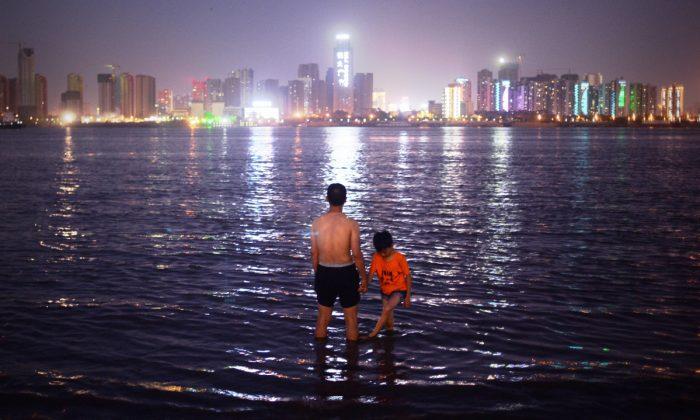 Un hombre y su hijo en el río Yangtze en Wuhan. (Wang Zhao/AFP/Getty Images)