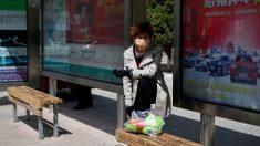 Hombre sube a un autobús con su novia y la exesposa que iba sentada la agarra a los golpes