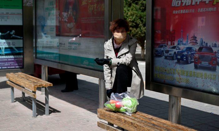 Imágen ilustrativa de una mujer esperando el autobús en China. (Wang Zhao/AFP/Getty Images)