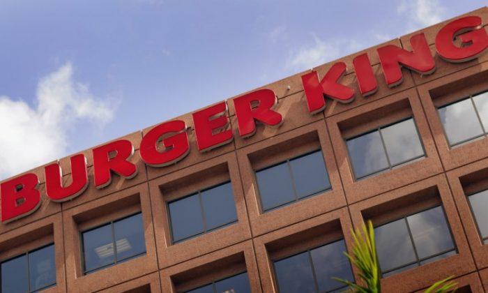 Filman a empleado de Burger King limpiando una mesa con un trapeador sucio