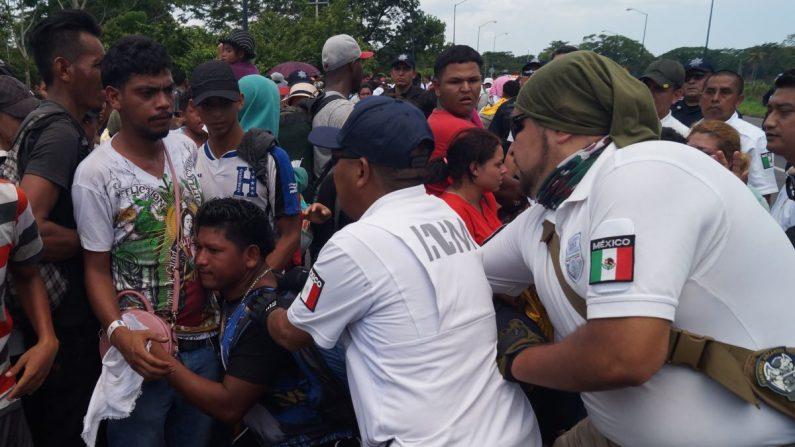 Miembros del Instituto Nacional de Migración (INAMI), y policías federales detienen a migrantes centroamericanos este 5 de junio, en Tapachula, en el estado de Chiapas (México). EFE